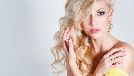 femeie cu parul blond