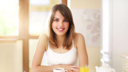 femeie care ia micul dejun
