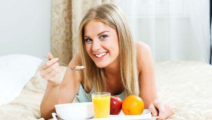 femeie care mananca cereale