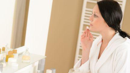 femeie care se da cu crema