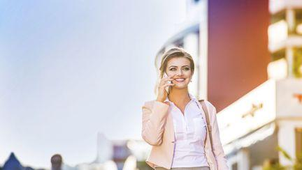 femeie care vorbeste la telefon