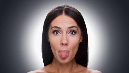 femeie cu limba scoasa
