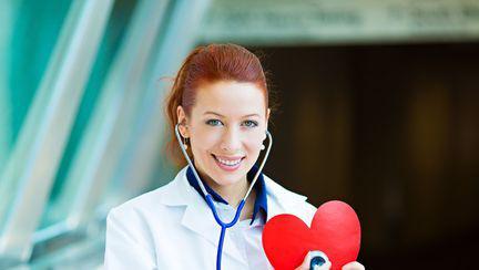 medic cu o inima in mana