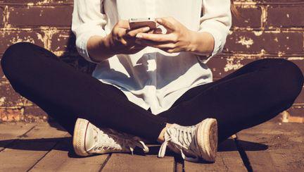 femeie cu telefon mobil in mana