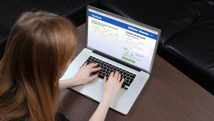 femeie pe facebook