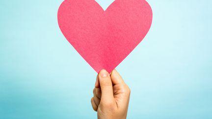 femeie care are o inima in mana