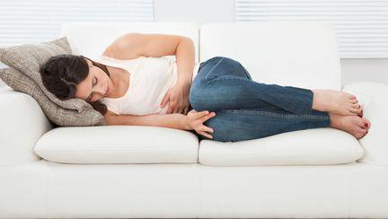femeie cu durere abdominala