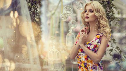 femeie cu rochie din flori