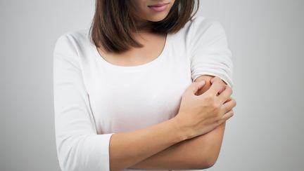 femeie pe care o mananca pielea