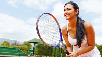 Femeie joaca tenis
