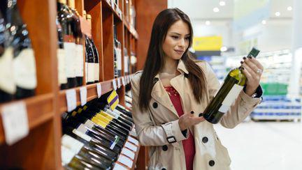 Femeie cu sticla de vin