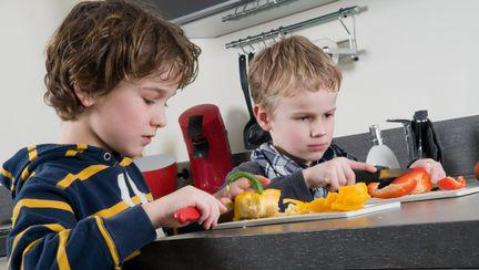 copii taind legume