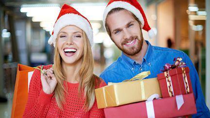 tineri-care-cumpara-cadouri