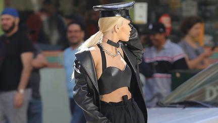 rita-ora-trend-pielea-sezon-primvara-2017-must-have-police-woman-all-leather-all-black