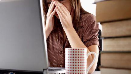 femeie-plange-computer