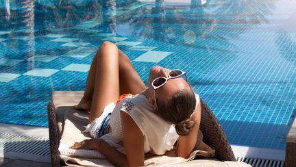 femeie la piscina