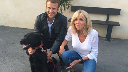 Președintele francez Emmanuel Macron a adoptat un cățel