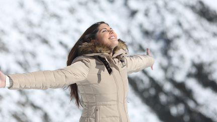 femeie fericita iarna