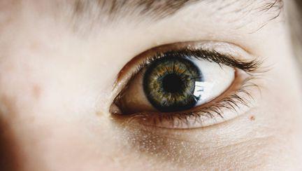 (P) Cum să îți ajuți copilul să facă tranziția de la ochelari la lentile de contact