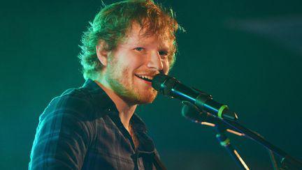 Reacția lui Ed Sheeran atunci când o fetiță îi cere în timpul concertului să cânte o piesă