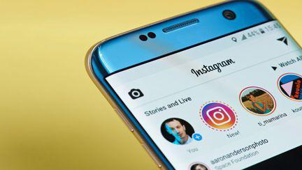 Telefon cu aplicatia Instagram