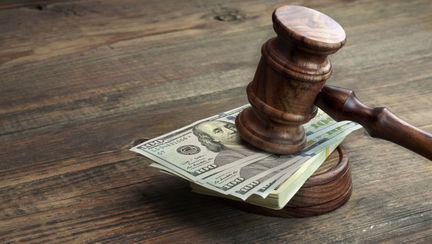 Ciocan de tribunal pus peste un teanc de dolari