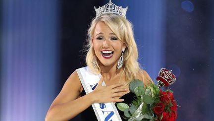 Tânără care a câștigat Miss America 2017, cu coroana pe cap si un buchet de flori in brate
