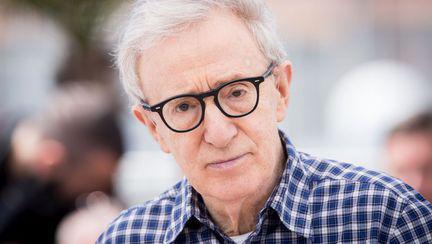 Woody Allen cu ochelari, privind trist la cameră