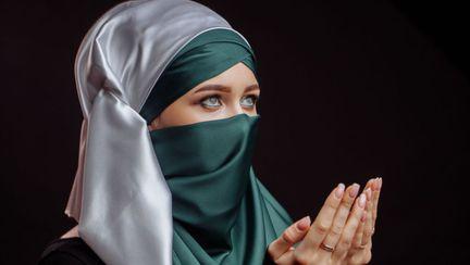 femeie din arabia saudita ce poarta nigab