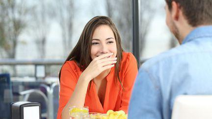 Femeie care se află la intâlnire cu un băiat și râde