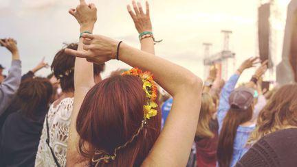 un grup de tineri danseaza la un festival