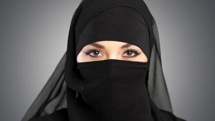 femeie ce poartă niqab, văl tradițional islamic
