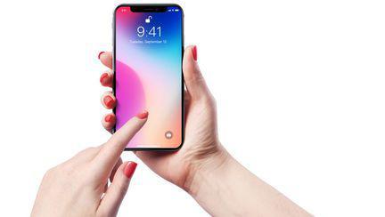 o femeie tine in mana noul model iPhone Xs