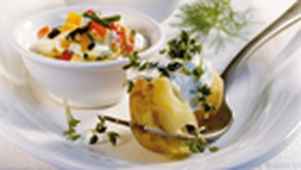 Cartofi noi cu trei feluri de sosuri