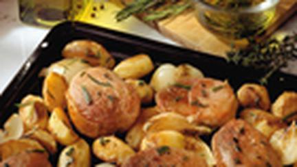 Cotlete de porc cu ceapa, cartofi si verdeata la cuptor