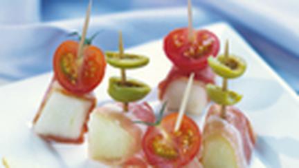 Pepene galben cu jambon afumat, rosii si masline