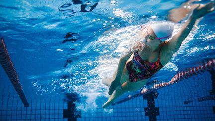 Cum înveți să înoți dacă ai frică de apă
