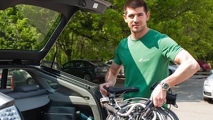 Dragos Bucurenci foloseste bicicleta pliabila Brompton