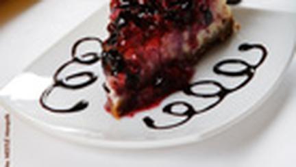 Cheesecake cu fructe de padure si sirop de ciocolata