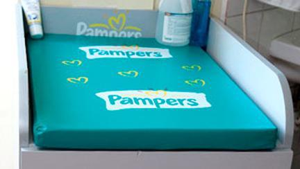 Pampers doneaza mobilier maternitatilor din Romania