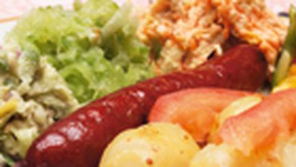 Salata calda cu cartofi si carnati