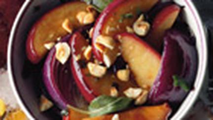Salata de ceapa rosie coapta, mere si nuci