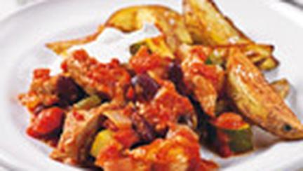 Cartofi wedges cu chilli si carne de porc