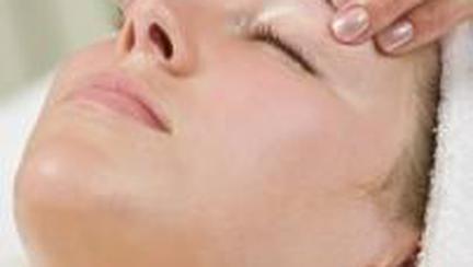 Frumusete: Previne ridurile prin masaj facial