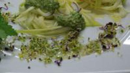 Raw vegan:Spaghete din dovlecel cu doua sosuri (Video)