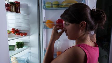 Cum îndepărtezi mirosurile urâte din frigider cu produse ieftine
