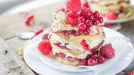 Prăjitură din clătite pufoase și cremă albă