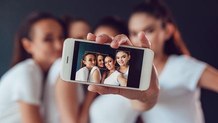 De ce este nocivă folosirea blițului atunci când îți faci selfie