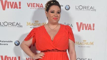 Oana Roman pune la punct lumea mondenă într-o nouă emisiune care se va transmite live pe pagina de facebook a revistei Viva