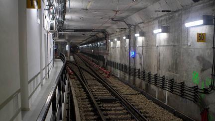 cum procedezi dacă ai căzut între șinele de metrou